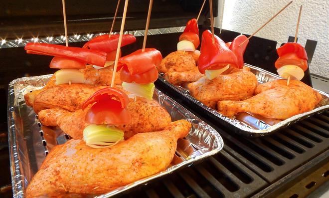 Hähnchenschenkel mit Paprika, Tomate und Zwiebel auf Grill