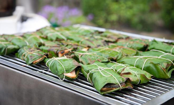 Lachs grillen im Bananenblatt