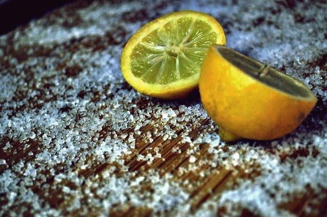 So reinigen Sie Ihr Schneidebrett auf einfache Weise